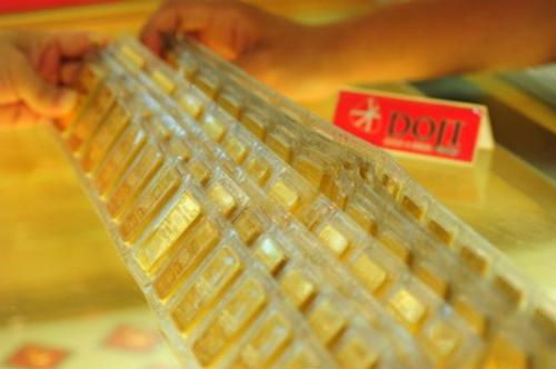 Mua bán vàng miếng tại DOJI. Ảnh: PV.