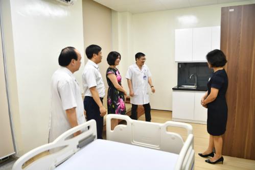 Các đại biểu tham quan phòng bệnh.