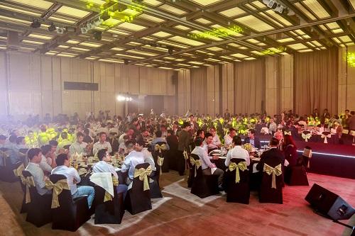 Gần 1.000 khách mời, trong đó có đại diện các đối tác, nhà thầu phụ, kỹ sư, đội thi công, chuyên gia& tham gia tiệc tri ân của Coteccons vào ngày 17/5 tại TP HCM.