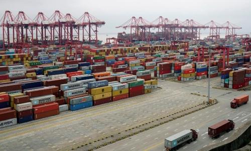 Container tại cảng nước sâu Yangshan (Thượng Hải). Ảnh: Reuters