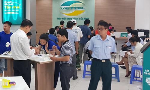 Chu thuê bao diễn ra hổi cuối tháng 4 tại một cửa hàng Viettel. Ảnh: Nguyễn Hà