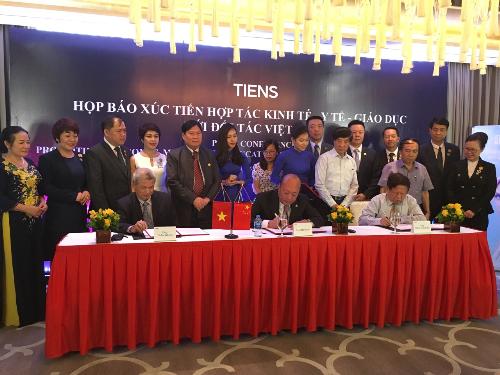 Chủ tịch Lý Kim Nguyên đại diện Tập đoàn TIENS đã chính thức ký kết biên bản ghi nhớ hợp tác với hiệp hội các trường Đại học và Cao đẳng Việt Nam.