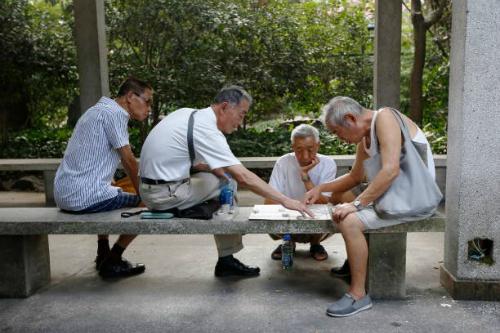Người dân đánh cờ trong công viên Fuxing (Thượng Hải). Ảnh: Bloomberg