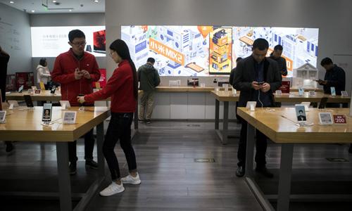 Bên trong cửa hàng Xiaomi - nhà sản xuất smartphone lớn thứ tư thế giới. Ảnh: Bloomberg.