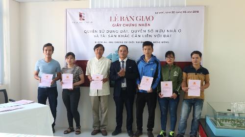 Ông Hồ Kỷ - Phó tổng giám đốc Tập đoàn Vicoland trao sổ hồng tới cư dân Vicoland Đà Nẵng.