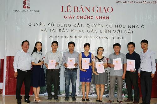 Ông Hồ Văn Thu - Phó tổng giám đốc Vicoland Huế trao sổ hồng cho đại diện cư dân Vicoland Huế