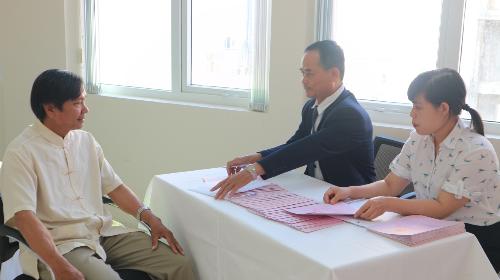 Cư dân Vicoland phường Bạch Đằng Đông, Đà Nẵng đến nhận sổ hồng tại trụ sở Tập đoàn.