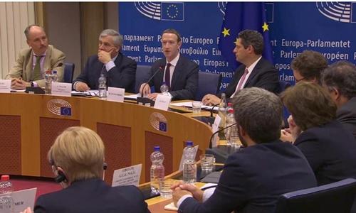 Mark Zuckberg trong phiên điều trần hôm qua tại EU. Ảnh: Reuters