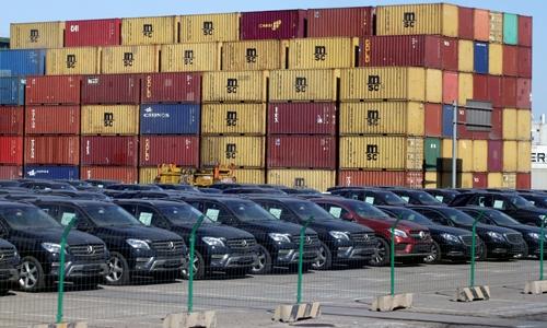 Xe nhập khẩu tại một cảng biển của Trung Quốc. Ảnh: Reuters