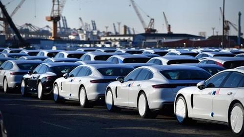 Lô xe Porsche chờ xuất khẩu tại một cảng ở Đức. Ảnh: AFP