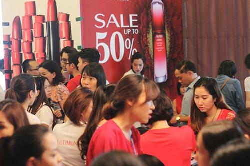 Người dân mua sắm trong chương trình hàng hiệu khuyến mại tại TP HCM. Ảnh: Phương Đông.