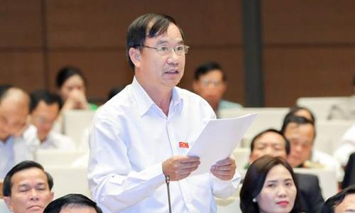 Đại biểu Trần Quang Chiểu không đồng tình nhận định tăng trưởng phụ thuộc dầu thô của Đại biểu HoàngQuang Hàm. Ảnh: Quốc hội.