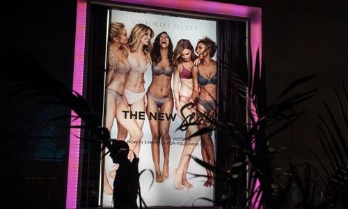 Một poster quảng cáo sản phẩm của Victorias Secret. Ảnh: Bloomberg