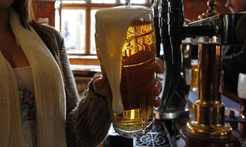 Pháp đã cấm quảng cáo bia rượu gần 30 năm nay. Ảnh: Reuters