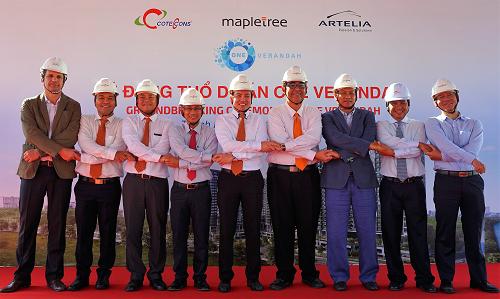 Đại diện lãnh đạo công ty Mapletree và các đơn vị đối tác thực hiện nghi lễ động thổ dự án.