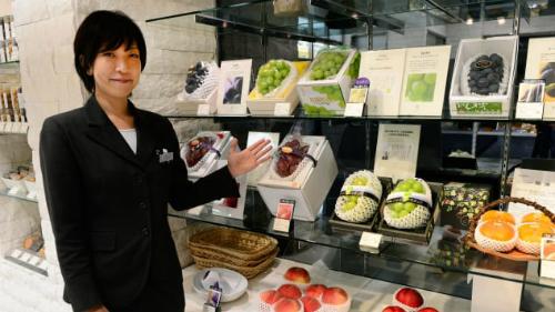 Một cửa hàng trái cây thượng hạng ở Tokyo. Ảnh: AFP