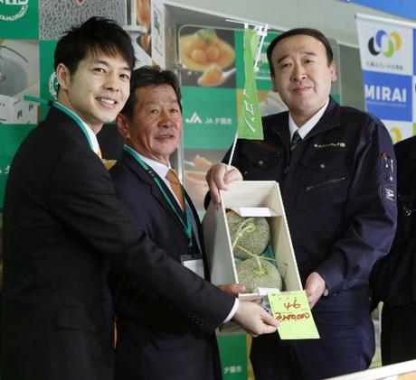 Cảnh trao bán cặp dưa lưới giá 29.300 USD hôm 26/5 tại Sapporo. Ảnh: Kyodo News