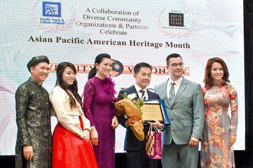 Ông Chris Lộc Đào nhận giải thưởng từ đại diện Quốc hội Mỹ.