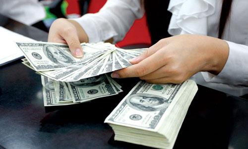 Mua bán USD tại một ngân hàng thương mại ở TP HCM. Ảnh: PV.
