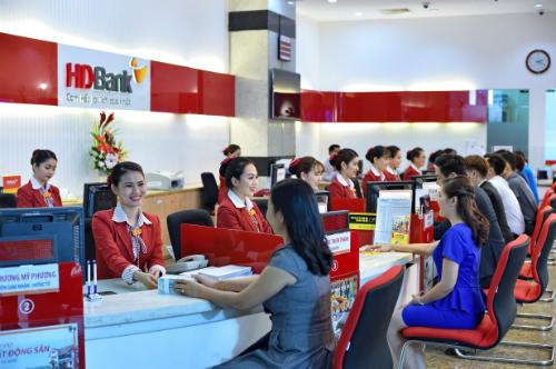 Khách hàng nhận quà tặng Quốc tế Thiếu nhi khi gửi tiết kiệm tại quầy HDBank.