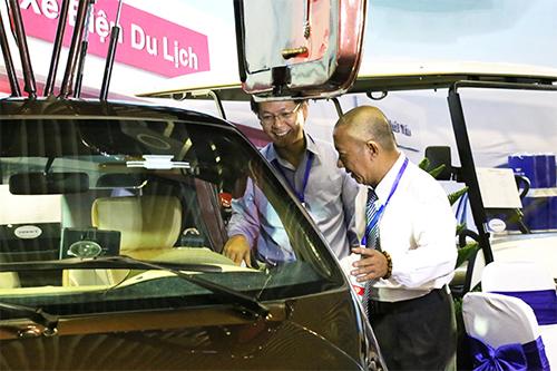 Ông Trần Quang Kim Sơn và Ông Trần Minh Tâm đang trao đổi về thông số kỹ thuật của chiếc City 18.