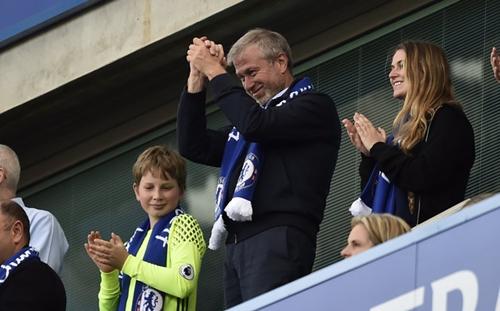 Tỷ phú Nga - Roman Abramovich theo dõi một trận đấu của câu lạc bộ Chelsea. Ảnh: Reuters