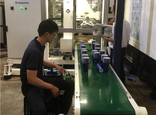 Máy Robot tay ngang ứng dụng công nghệ IML (In-mould Labelling  công nghệ dán tem trong khuôn) giúp tăng năng suất và chất lượng sản phẩm.