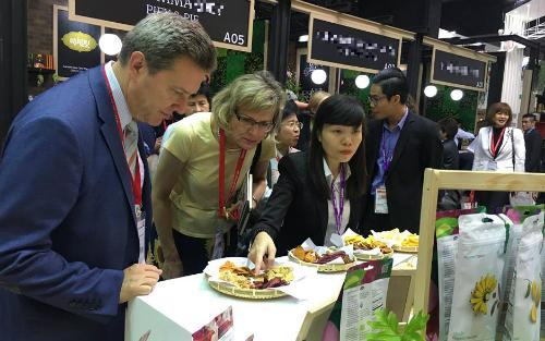 Khách tham quan và dùng thử các sản phẩm sấycủa Việt Nam.