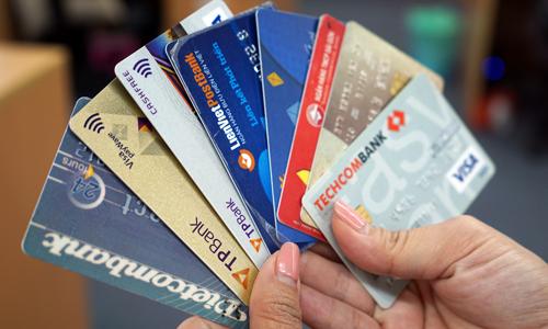 Môt số khách hàng hiện dùng thẻ của các nhà băngkhác nhau. Ảnh: Anh Tú.