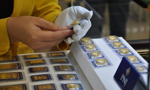 Giá vàng miếng trong nước hiện cao hơn thế giới khoảng 800.000 đồng một lượng.