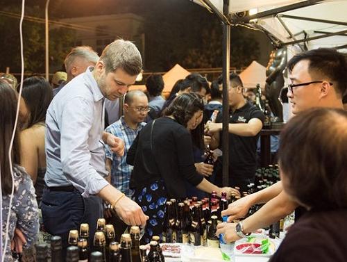 Du khách và người tiêu dùng Việt trải nghiệm những dòng bia độc đáo tại lễ hội bia Bỉ Việt Nam.