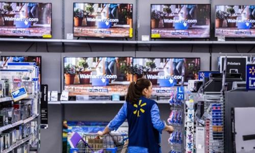 Nhân viên trong một siêu thị của Walmart. Ảnh: Bloomberg
