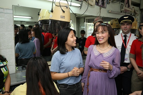 Ngoài chuyến thăm làng SOS Nha Trang, Vietjet đã tổ chức nhiều hoạt động từ thiện, vì cộng đồng, hướng đến sự phát triển bền vững của doanh nghiệp và đóng góp tích cực cho cộng đồng, xã hội. Trong hình là chuyến thăm học viên tại Trung tâm bảo trợ, dạy nghề, tạo việc làm cho người khuyết tật TP HCM trong dịp lễ 30/4-1/5.