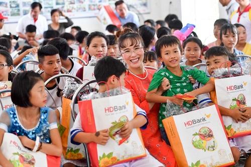 CEO Vietjet Nguyễn Thị Phương Thảo cùng đoàn rất cảm động trước những gì các mẹ, các dì, các cán bộ nhân viên ở làng trẻ đã làm, mang tới mái nhà cho các bạn nhỏ có hoàn cảnh thiệt thòi, trân trọng những giá trị tốt đẹp mà họ đã mang lại cho cộng đồng và cho toàn xã hội.