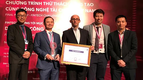 Đại diện VIB và doanh nghiệp fintech Kiu Global nhận giải tại Thử thách Sáng tạo cùng Công nghệ Tài chính Việt Nam (FCV) năm 2017-2018