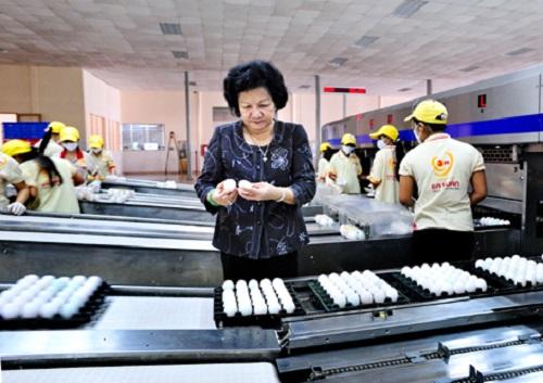 Bà Phạm Thị Huân - Chủ tịch HĐQT Công ty Ba Huân kiểm tra trứng thành phẩm sau khi qua dây chuyền xử lý trứng tự động.