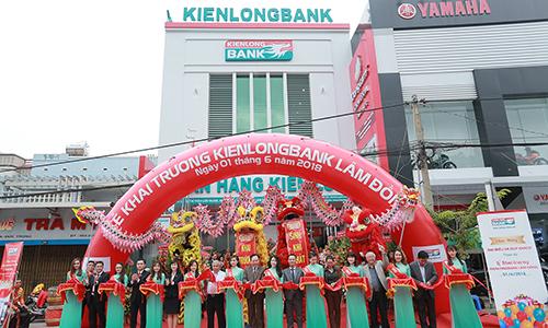 Nghi thức cắt băng khai trương chi nhánh Kienlongbank Lâm Đồng.