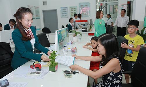 Khách hàng đến giao dịch tại Kienlongbank Lâm Đồng nhân dịp khai trương.