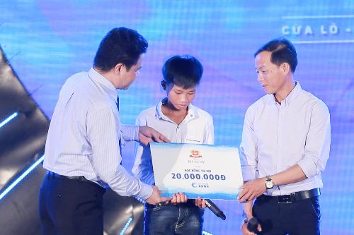 Đại diện Bia Hà Nội trao học bổng cho emNguyễn Ngọc Hoàng.
