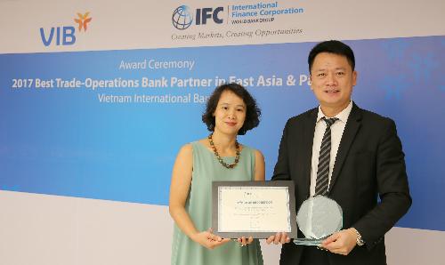 Đại diện VIB nhận kỷ niệm chương từ IFC.