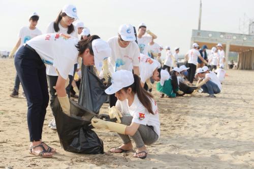 Thanh niên chung tay bảo vệ biển.