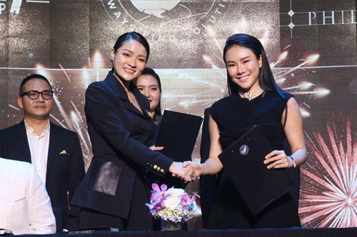 Cheng Bảo Phương (bên phải) và Thủy Top vừa ký thỏa thuận hợp tác trong lễ ra mắt Truyền thông Giải trí T Entertainment. Từng thành công ở nhiều lĩnh vực kinh doanh khác nhau, việc đầu tư vào lĩnh vực mới mẻ về truyền thông và giải trí sẽ làm mới tên tuổi của nữ doanh nhân.