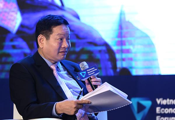 Trưởng ban điều hành Diễn đàn Kinh tế Việt Nam ViEF Trương Gia Bình đặt câu hỏi cho các diễn giả.