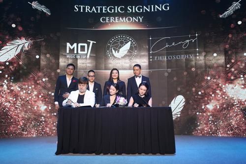 Trong buổi lễ, ban điều hành cùng đối tác chiến lược và nhà đầu tư chiến lược cùng bước lên sân khấu thể thực hiện nghi thức ký kết và trao hợp đồng hợp tác giữa các bên. Các đối tác kỳ vọng T Entertainment sẽ trở thành công ty giải trí truyền thông hàng đầu tại Việt Nam trong một tương lai gần.