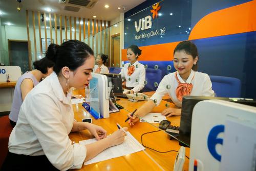 Nhân viên VIB tư vấn mở thẻ tín dụng cho khách hàng.
