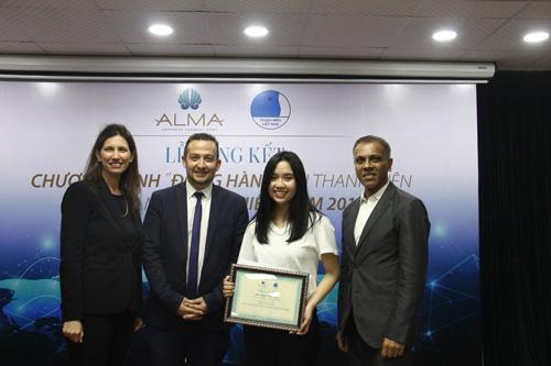 Ông Hemant Patel - Tổng Giám đốc công ty Alma, ông Doron Lebovic, Phó Đại sứ Israel tại Việt Nam và bàOsnat Rozenberg - Phó Tổng Giám đốc công ty Alma (từ phải sang)chụp ảnh cùng ứng viên top 6 chương trình.