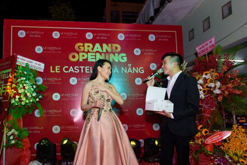 Ngoài trình diễn, nữ ca sĩ còn được thưởng thức những chiếc bánh bông lan vị thanh ngọt, xốp mềm cùng nhiều hương vị đặc trưng của Đài Loan.