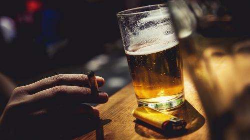 Lạm dụng rượu bia, thuốc lá là những nguyên nhân khiến nguy cơ mắc bệnh ung thư cao.