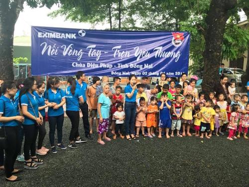 Đại diện Eximbank cùng các cán bộ nhân viên tặng quà và tổ chức các hoạt động vui chơi với các em.