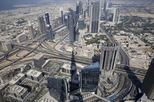 Tầm nhìn từ tháp Buji Khalifa ở Dubai. Ảnh: Reuters